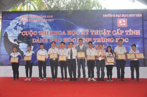 6 nhóm tác giả được trao giải nhất. Ảnh: X.Phú