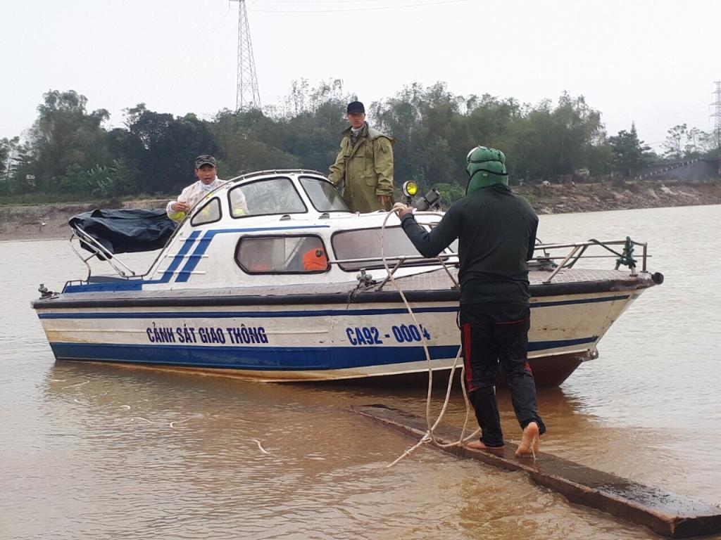 Lực lượng cảnh sát đường thủy phối hợp cùng đội thợ lặn trục vớt gỗ. Ảnh: CSĐT cung cấp