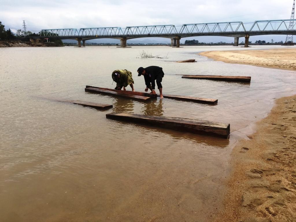 Cảnh sát đường thủy đã trục vớt được 20 phách gỗ từ lòng sông. Ảnh: CSĐT cung cấp