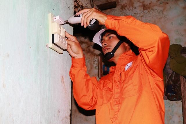 Đoàn Thanh niên PC Quảng Nam hỗ trợ sửa chữa hệ thống điện cho người nghèo. Ảnh: H.PHƯƠNG