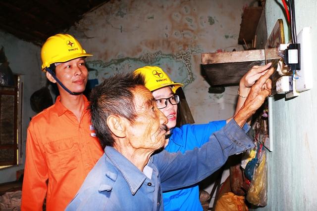 Niềm vui của hộ nghèo, gia đình chính sách khi được hỗ trợ sửa chữa, lắp đặt thay thế bóng đèn compact miễn phí. Ảnh: TR.NHAN