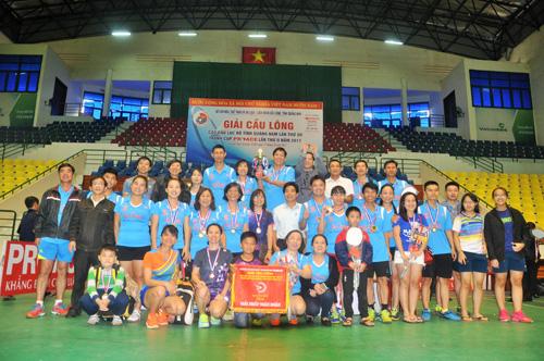 Niềm vui giành cúp vô địch toàn đoàn của CLB Phan Châu Trinh. Ảnh: T.Vy