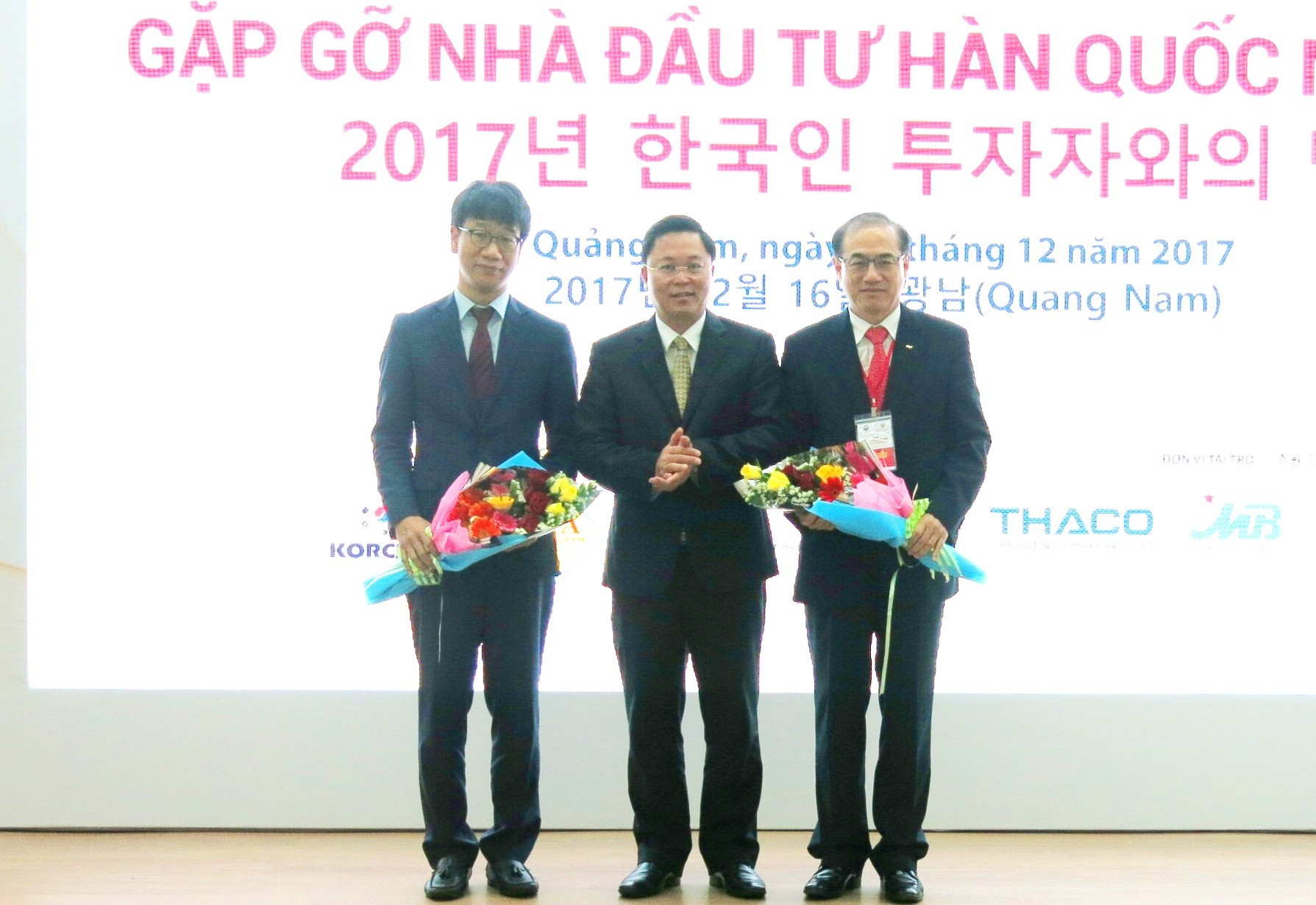 Mr. Le Tri Thanh gives flowers to South Korean economic-trade organizations.