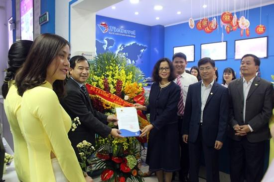 Lãnh đạo Tổng cục du lịch tặng hoa chúc mừng Vietravel