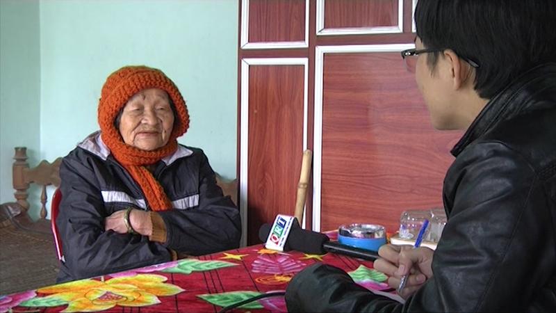 Dịp 27.7 năm 2016, Mẹ VNAH Nguyễn Thị Trung (sinh 1932, thôn Phú Quý 2, xã Tam Mỹ Đông, Núi Thành) bị đối tượng dùng thủ đoạn giả danh cán bộ chính sách chiếm đoạt 5 triệu đồng. Ảnh: Đ.ĐẠO