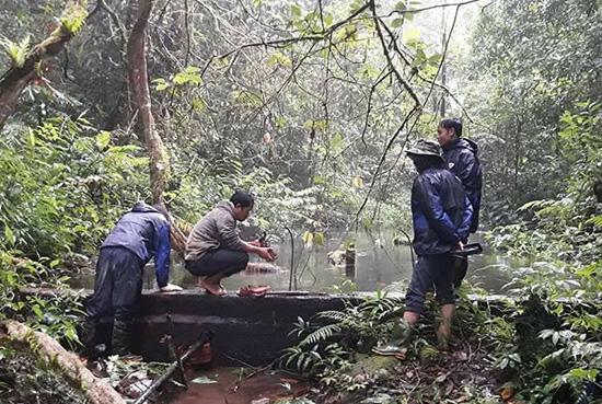 Thầy giáo Trường Phổ thông Dân tộc bán trú THCS Ch'Ơm sửa chữa nước sinh hoạt trên đỉnh núi Ch'Ơm. Ảnh: Đ.H