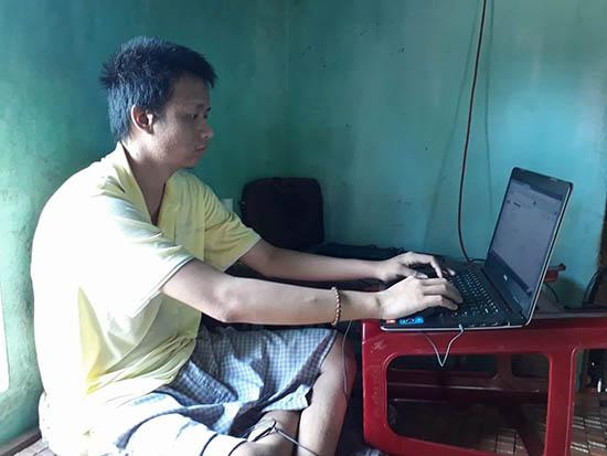 Bệnh tật đeo bám nhưng Nguyễn Đình Thương luôn nỗ lực vươn lên trong học tập. Ảnh: D.T