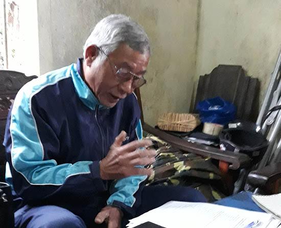 Ông Nguyễn Đức Thắng với xấp hồ sơ làm thủ tục cấp bìa đỏ nhưng các ngành chức năng huyện Núi Thành chậm chạp giải quyết. Ảnh: T.H