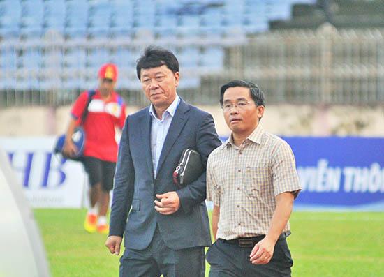 HLV Chung Hae Seong (bên trái) của Hoàng Anh Gia Lai. Ảnh: T.VY