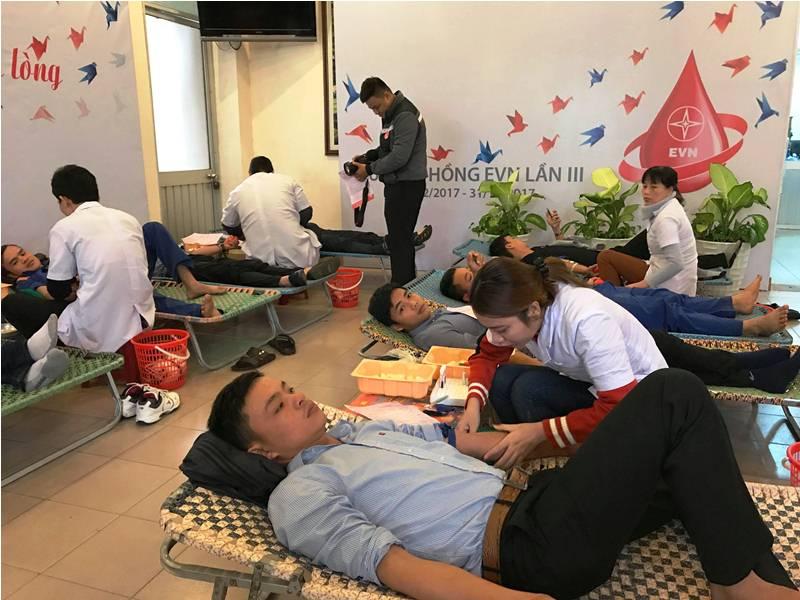 Tuổi trẻ khối DN tham gia hiến máu. Ảnh: VINH ANH