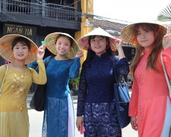 Khách du lịch Hàn Quốc tại Việt Nam. Ảnh: hafoodtours.com