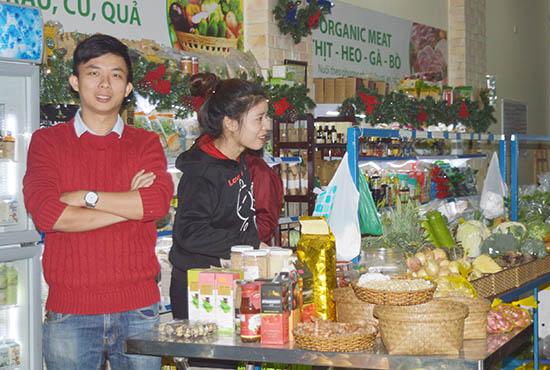 """Anh Dương Hiển Tú bên cạnh các sản phẩm của mình ở một cửa hàng """"An Phú Farm"""" tại Đà Nẵng. Ảnh: Q.T"""