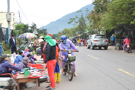 Cảnh họp chợ rất nguy hiểm trên QL14B qua xã Đại Hồng, Đại Lộc. Ảnh: C.TÚ