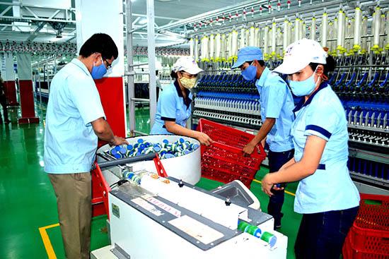 Các doanh nghiệp đang nỗ lực vận động để sản phẩm may mặc đáp ứng nhu cầu xuất khẩu. TRONG ẢNH: Sản xuất sợi ở Công ty CP Sợi Hòa Thọ Thăng Bình.Ảnh: ĐĂNG CAO