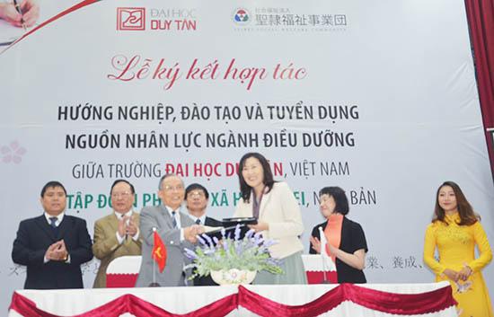 Lãnh đạo ĐH Duy Tân và Tập đoàn SEIREI ký kết hợp tác.