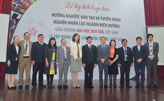 Lãnh đạo SEIREI và ĐH Duy Tân chụp ảnh lưu niệm tại lễ ký kết hợp tác.