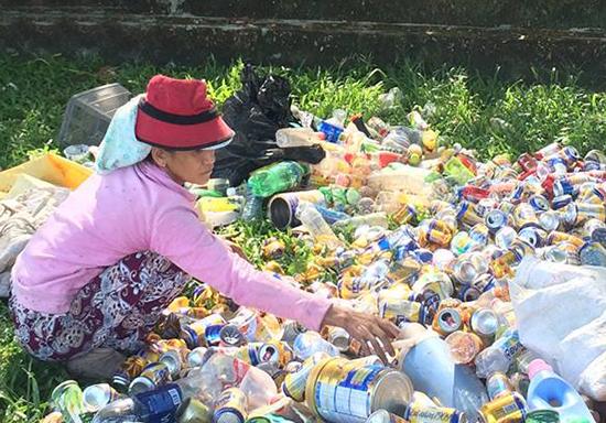 """Phụ nữ xã Quế Xuân 2 thu gom, phân loại rác thải thực hiện mô hình """"Biến rác thải thành sinh kế"""". Ảnh: LÊ THỊ DIỆU"""