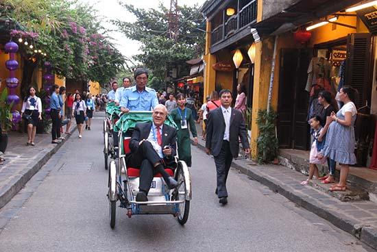 Quan chức cấp cao của các nền kinh tế APEC thăm phố cổ Hội An.