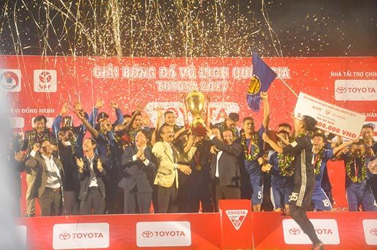 Niềm vui đoạt cúp vô địch của đội Quảng Nam. Ảnh: T.VY
