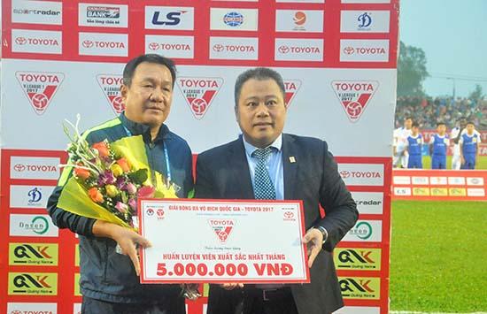 HLV Hoàng Văn Phúc (trái) nhận giải thưởng HLV xuất sắc nhất tháng 10 của V-League.