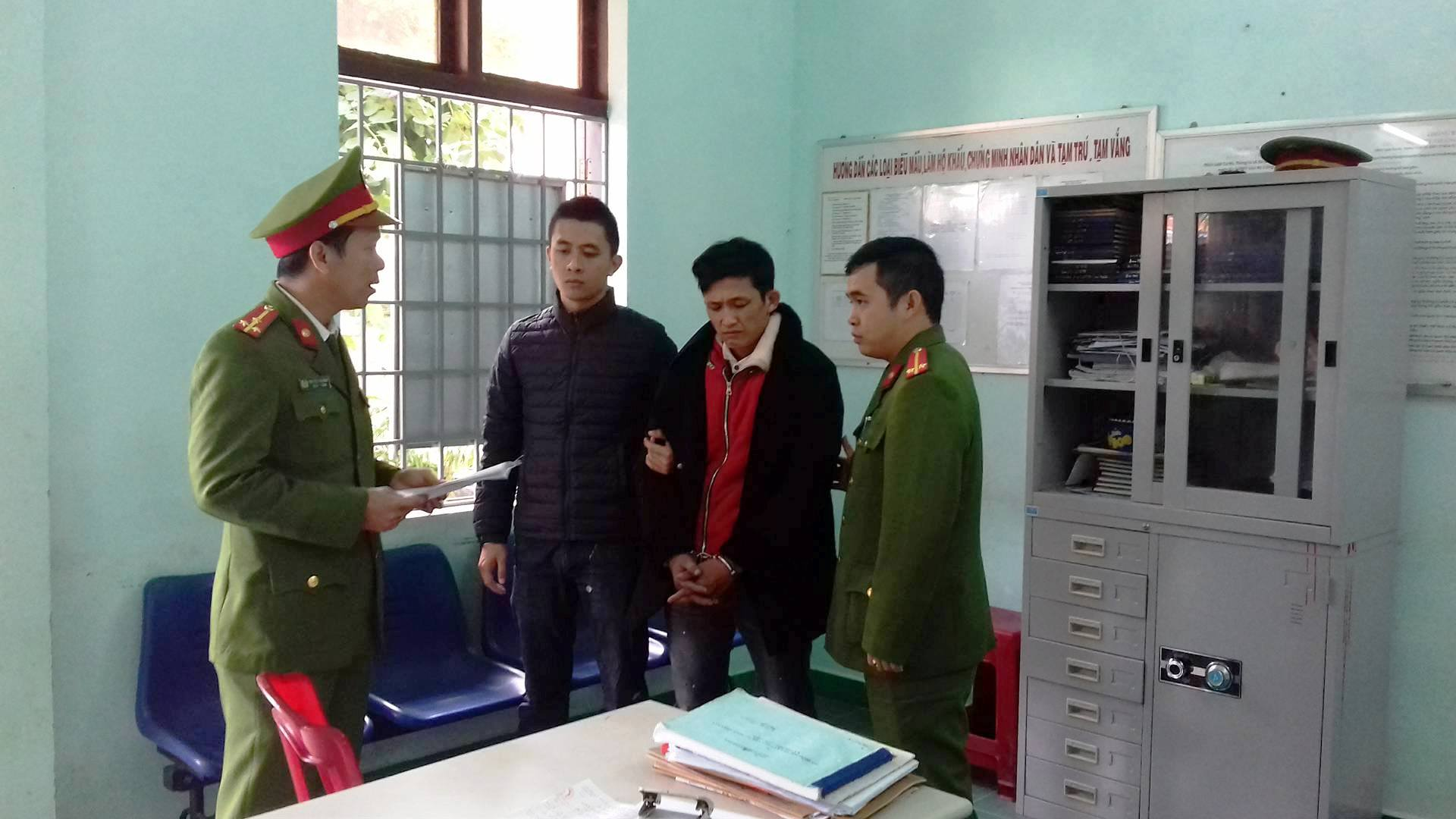 Đối tượng Sơn (áo đỏ) bị tạm giam về hành vi mua bán trái phép chất ma túy. Ảnh: Công an cung cấp