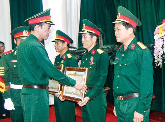 Thừa lệnh Chủ tịch nước, lãnh đạo Bộ Tư lệnh Quân khu 5 trao tặng Huân chương Bảo vệ Tổ quốc cho các cá nhân thuộc Bộ Chỉ huy Quân sự tỉnh.  Ảnh: TH.CÔNG