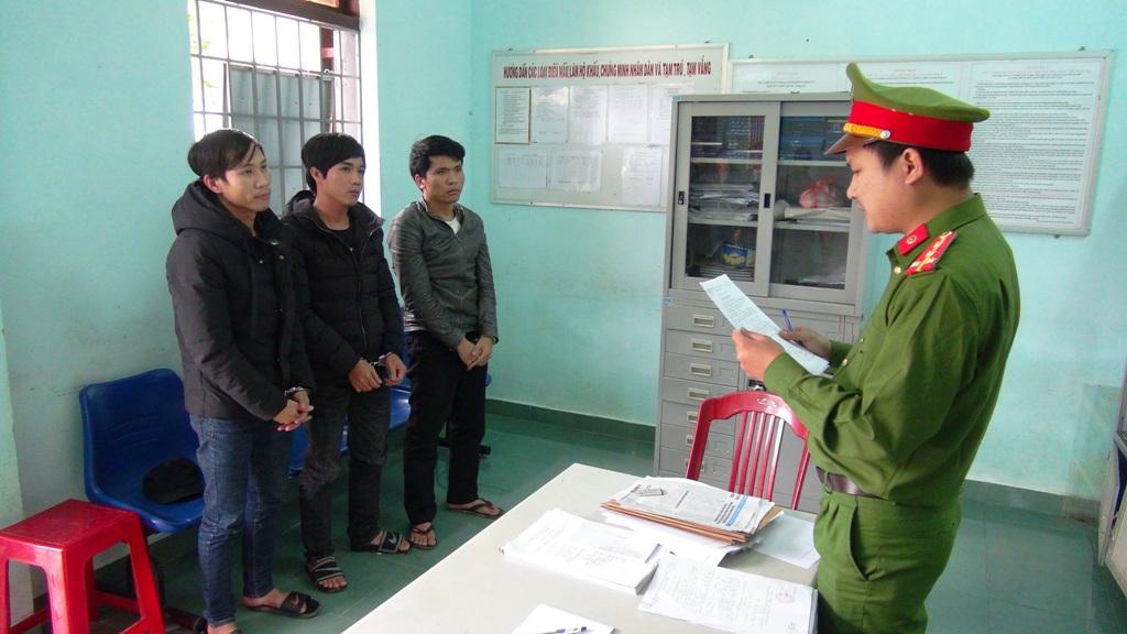 Phòng Cảnh sát hình sự tống đạt các quyết định khởi tố bị can, bắt tạm giam các đối tượng tại thị xã Điện Bàn tham gia vụ gây rối. Ảnh: M.T