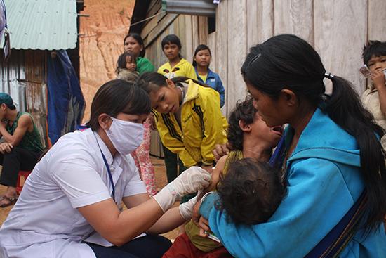 Đối với các huyện miền núi, người dân cần chủ động đưa trẻ em trong độ tuổi đến cơ sở y tế để được tiêm phòng theo đúng quy định. Ảnh: N.D