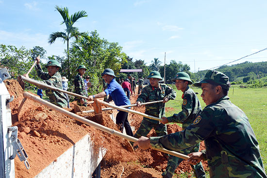 Tuổi trẻ hai đơn vị tham gia làm đường giao thông nông thôn tại xã Trà Tân, Bắc Trà My.Ảnh: TUẤN ANH