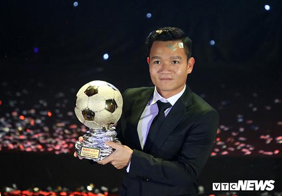 Vừa giành cúp vô địch V-League, Đinh Thanh Trung tiếp tục đoạt giải thưởng Quả bóng vàng Việt Nam 2017.
