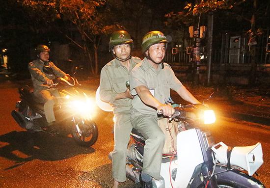 Tổ bảo vệ dân phố khối phố Phương Hòa Nam (phường Hòa Thuận) phát tiếng loa an ninh trên địa bàn khối phố.