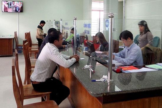Người dân đến giải quyết thủ tục hành chính tại Bộ phận một cửa tiếp nhận và trả hồ sơ TP.Tam Kỳ.