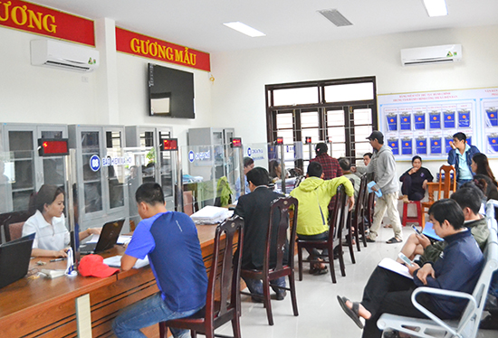 Cá nhân, tổ chức đến giao dịch tại Trung tâm Hành chính công thị xã Điện Bàn. Ảnh: C.T