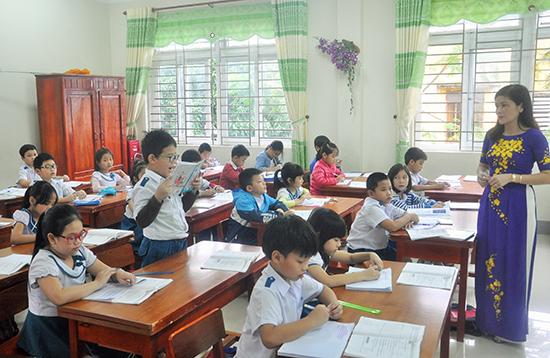 Năng lực chuyên môn và ý thức trách nhiệm của đội ngũ giáo viên trong tỉnh ngày càng nâng cao. Ảnh: XUÂN PHÚ