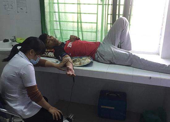 Thành viên CLB Ngân hàng máu sống xã Quế Xuân 2 trực tiếp hiến máu cứu người.  (Ảnh do Đoàn xã Quế Xuân 2 cung cấp)
