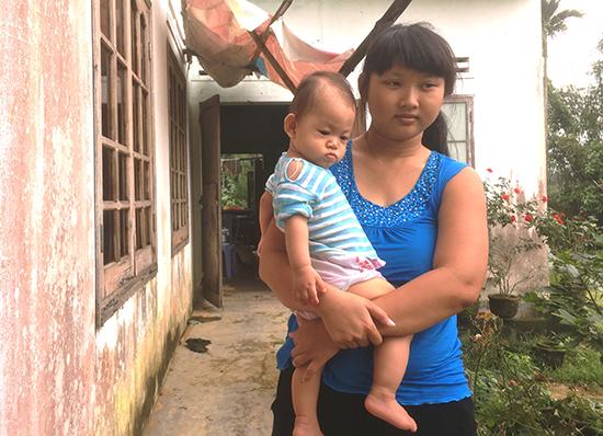 Mẹ con chị Diễm đang ở trong căn nhà cũ xuống cấp. Ảnh: P.V