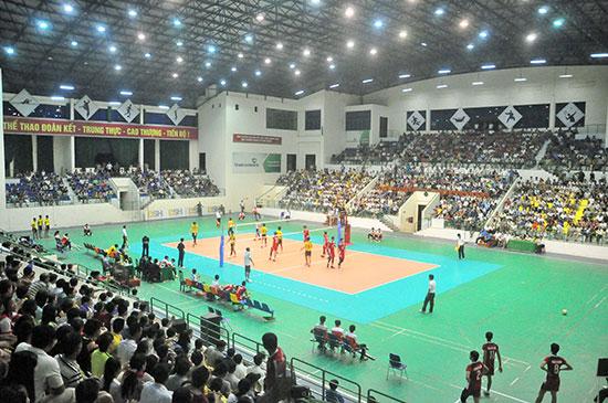 Khán giả chật kín nhà thi đấu TD-TT tỉnh tại giải bóng chuyền trẻ quốc gia năm 2015.