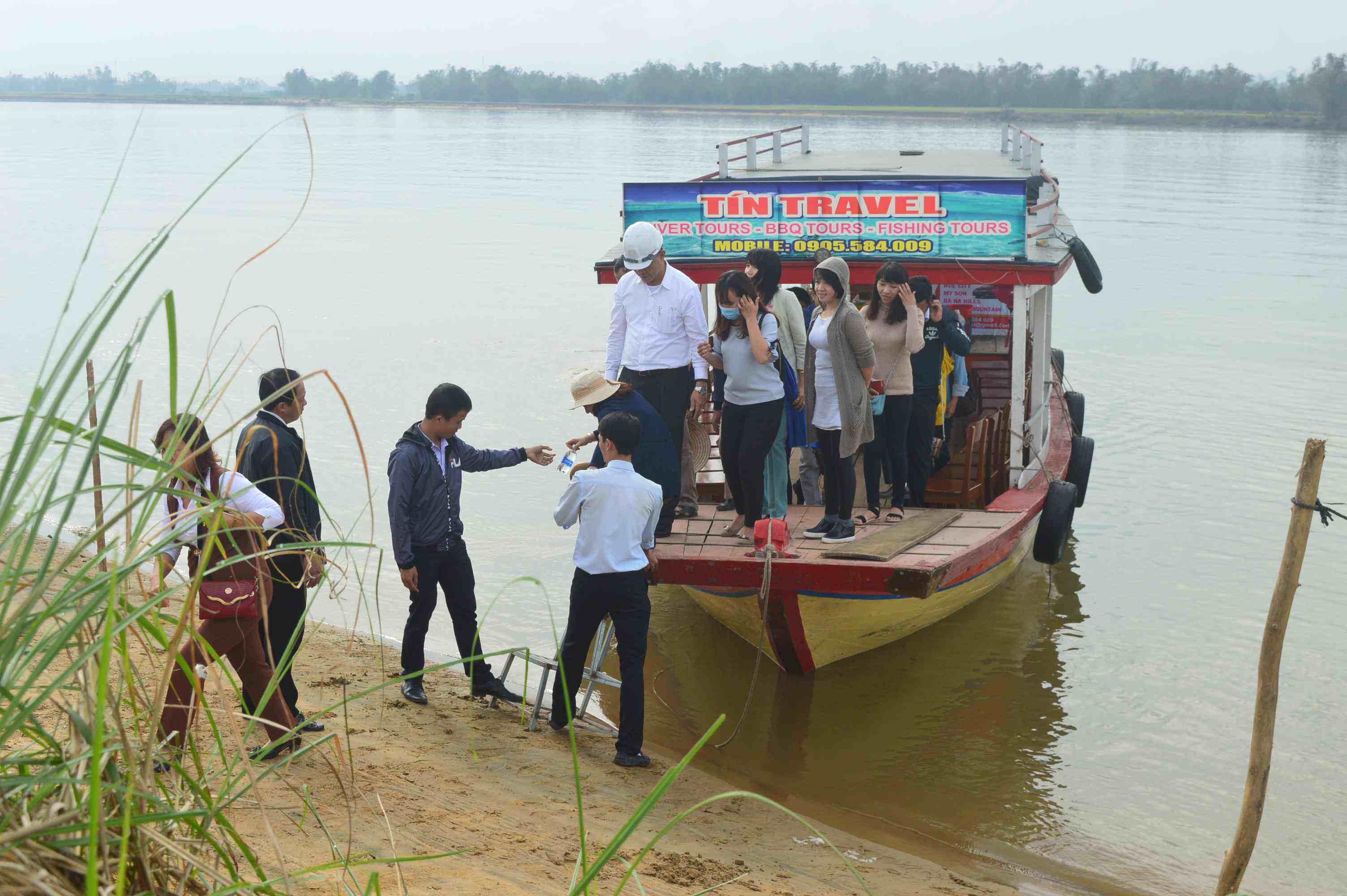 Đoàn khảo sát qua sông để khảo sát bãi bồi ở thôn Cẩm Đồng (xã Điện Phong). Ảnh: L.T