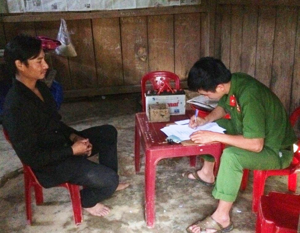 Công an huyện Nam Trà My vận động người dân giao nộp công cụ kích điện - Ảnh: Công an cung cấp.