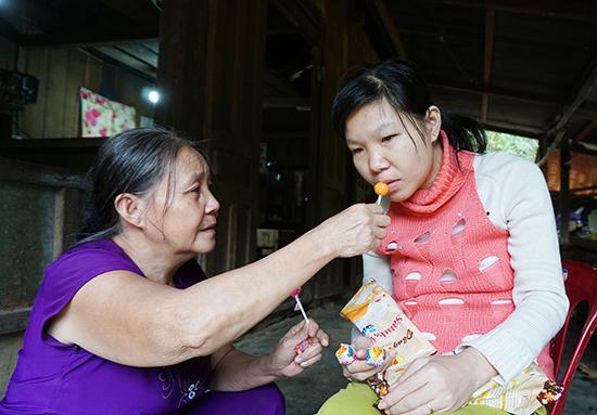 Chị Dương Thị Thanh Thảo (bên phải) mắc chứng nhồi máu thiểu não, động kinh. Ảnh: NHƯ TRANG