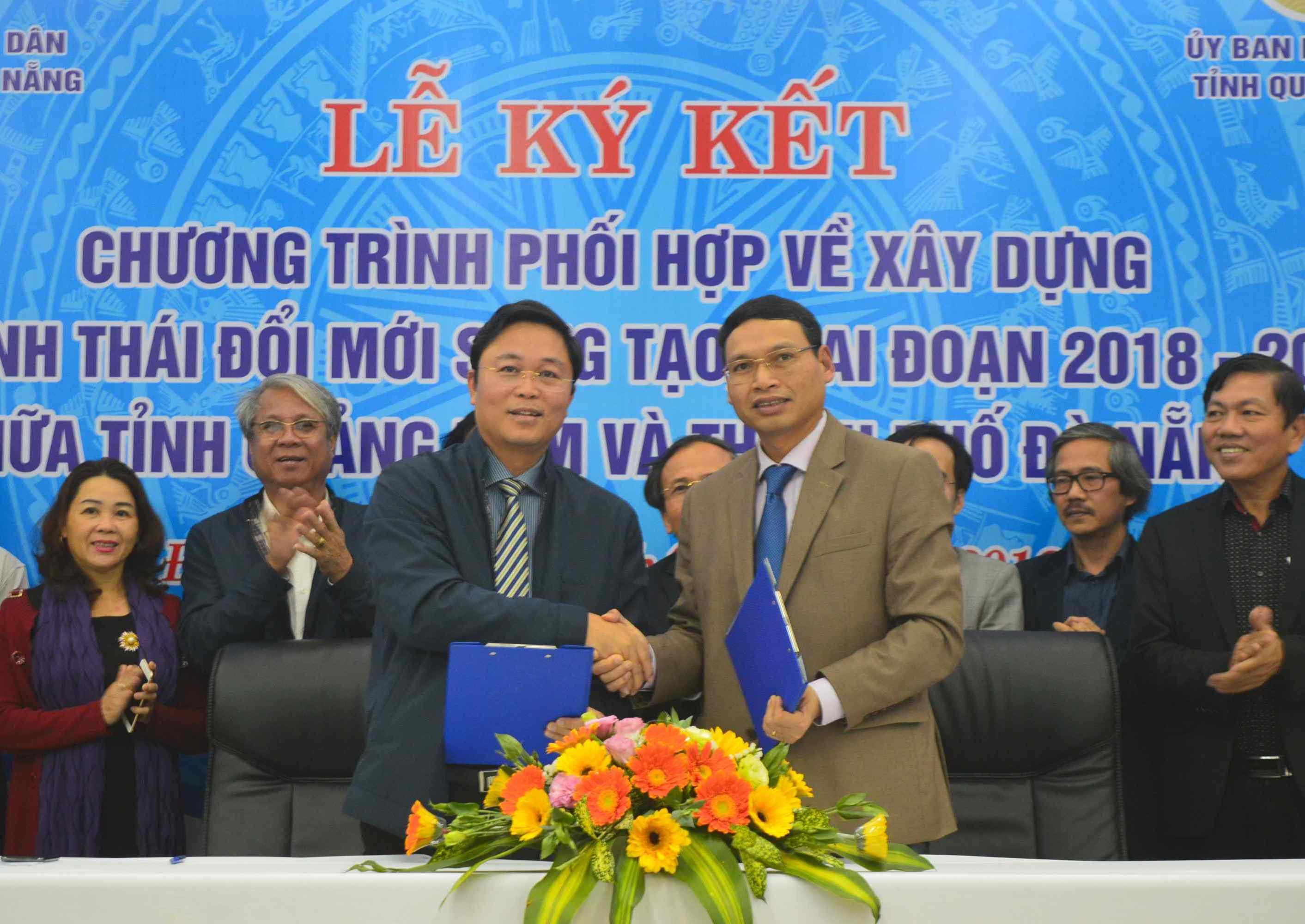 Lãnh đạo Quảng Nam và Đà Nẵng thực hiện nghi thức ký kết. Ảnh: Q.T
