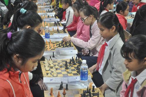 Các kỳ thủ học sinh thi đấu môn cờ vua.Ảnh: T.Vy