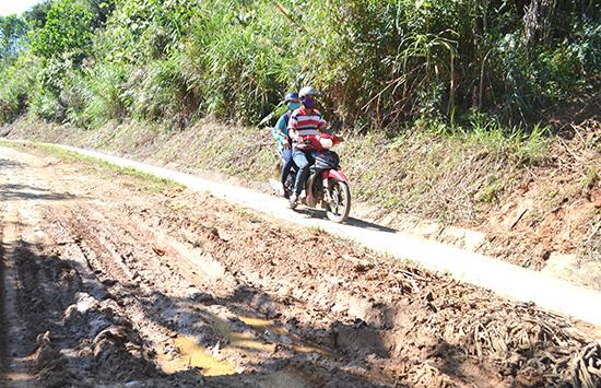 Huyện Đông Giang còn khoảng 25,62km mặt đường tuyến ĐH lầy lội như thế này. Ảnh: C.T