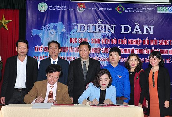 Bà Trương Lý Hoàng Phi (phải) thay mặt BSSC ký kết thỏa thuận hợp tác với Tổ công tác hỗ trợ KN sáng tạo Quảng Nam về hoạt động hỗ trợ KN. Ảnh: VINH ANH