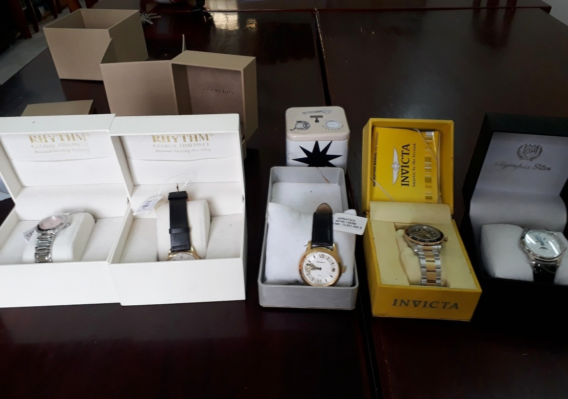 Một số đồng hồ thương hiệu Adriaica, Rhythm, Fossil, Invicta.