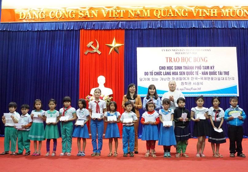 Các em học sinh được nhận học bổng do Tổ chức Làng Hoa Sen quốc tế Hàn Quốc tài trợ.