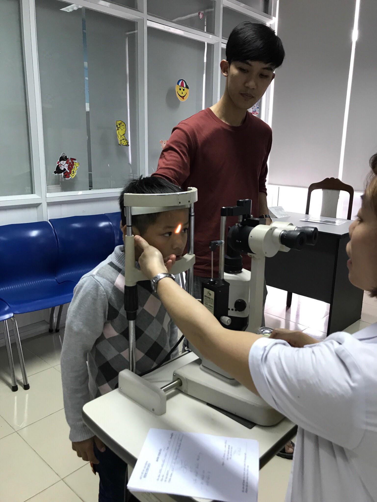 Bác sĩ của Bệnh viện Mắt Đà Nẵng khám cho một bệnh nhi. Ảnh: CTV