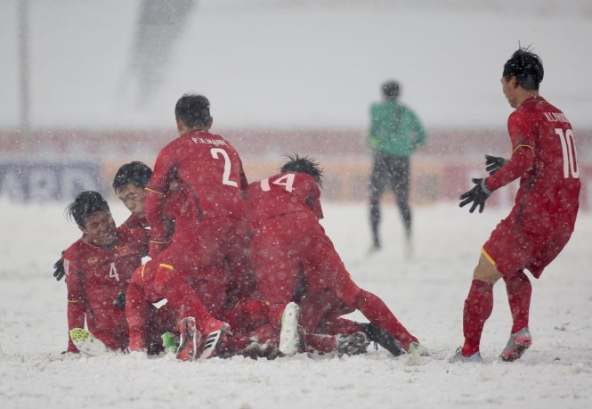 Niềm vui của các cầu thủ U-23 VN sau khi Quang Hải gỡ hòa 1-1. Ảnh: N.K