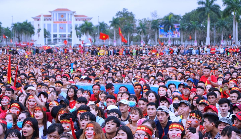Một màu đỏ ngập tràn Quảng trường 24.3 để cổ vũ cho đội tuyển U23 Việt Nam. Ảnh: PHAN VINH