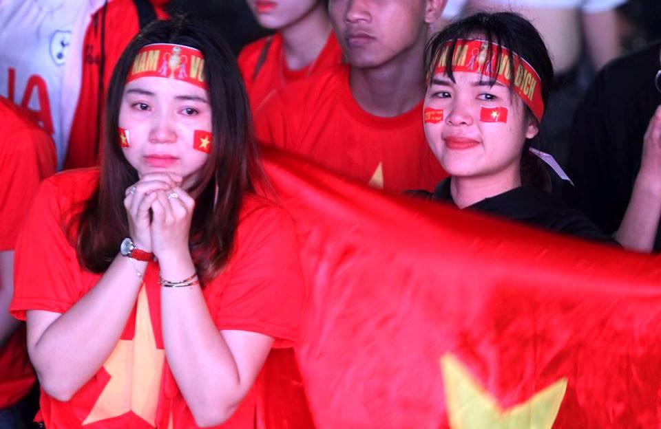 Nhiều cổ động viên đã bật khóc sau khi lưới của đội tuyển U23 Việt Nam rung lên lần thứ 2. Ảnh: PHAN VINH